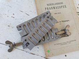 Antieke 3-delige pers  voor het maken van zetpillen.