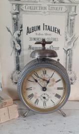 Antieke Franse Wekker met Bel en kraalrandjes. Vertind patina
