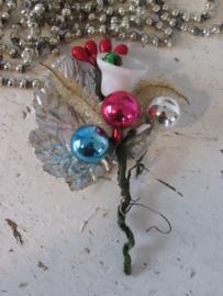 Antieke kerstdecoratie: Tak met Balletjes, zilveren blad en klokje met klepel
