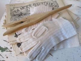 2 paar oude brocante handschoentjes + oude handschoenspanner