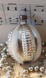 Oude/antieke kerstbal; Fantasievrucht. Met reliëf. Besuikerd