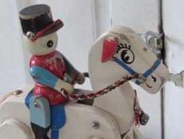 Oud&sleets trekpaard met ruiter (soldaat). Bewegend