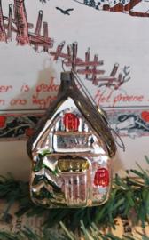 Antieke kerstbal: Huisje aan oude hanger. Oude kleuren