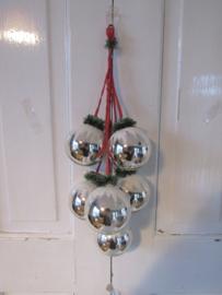 Oude tros kerstballen GDR.  6 stuks aan lint met besuikerde hoedjes