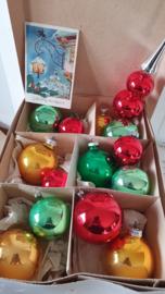 doos met 13 prachtige oude kerstballen in vrolijke kerstkleuren + Piek + oude kerstkaart