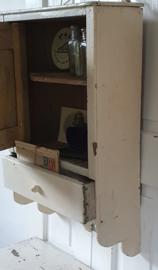 Prachtig oud sleets kastje met laatje in vuilwit