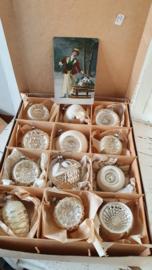 Schitterende doos met 12 prachtige oude/antieke kerstballen. o.a. 9 x mooie deukballen. + oude kerstkaart