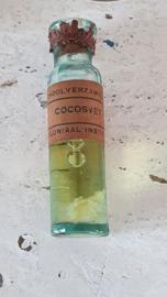 Set van 5 antieke flesjes LESMATERIAAL met inhoud: o.a. Liberia koffie bessen, cocosvet etc.
