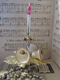 Antieke kerstversiering: Kaars van glas op stander: met kralen en klokjes