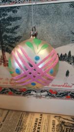 Oude/antieke kerstbal met groen, en roze besuikerde deco. Aan oude hanger