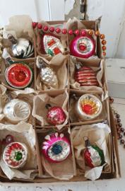 12 prachtige kleine oude/antieke kerstballetjes voor o.a. Feather Tree. In doos met deksel