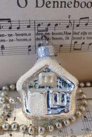 Oude/antieke kerstbal G.D.R.: Huisje. Wit besuikerd