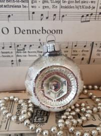 Oude/antieke kerstbal: Deukbal G.D.R. Met witte deco