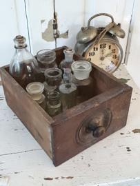 Prachtig oud laatje gevuld met 8 oude flesjes