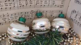 Set van 3 oude kerstballen met witte deco