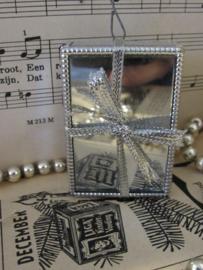 Oude kerstbal: 'Cadeautje' met strik en spiegelglas. ca. 1980