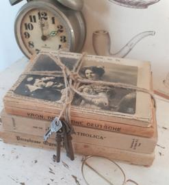 Bundel oude/antieke boeken. Deco: antieke krant uit 1896. antieke postkaart en bosje sleutels