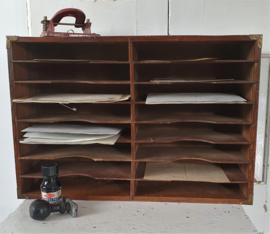 Oude/antieke postkast met 16 (!)vakjes + oude documenten/kaarten etc