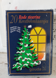Oud decoratief doosje met 20 rode kerstboomkaarsjes. GOUDA