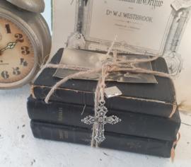 Prachtig bundeltje o.a. oude/antieke missalen, gedecoreerd met bidprentje en bedels Kruis en bijbeltje