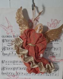 Oude en ietwat sleetse Engel van geprepareerd stof.  20 cm. hoog