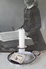 Oude sleetse blaker in wit emaille  + kaars en oud lucifersdoosje