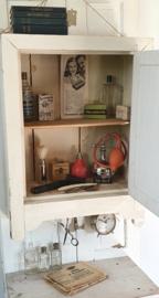 Prachtig oud kastje met spiegel en haakjes. Vuilwit.