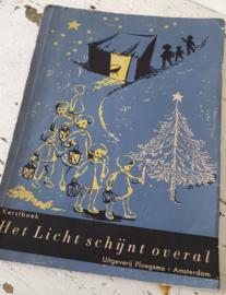 Uit 1951: Decoratief oud Kerstboek: 'Het Licht schijnt overal'