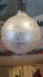 Prachtige oude/antieke kerstbal in matzilverwit met deco. Aan oude hanger