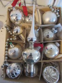 Doos met 12 st. oude/antieke kerstballen. o.a. deukbal, klokje, paddestoel etc. + Piek