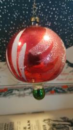 Oude/antieke kerstbal: Grote Tol (?) in rood, met deco