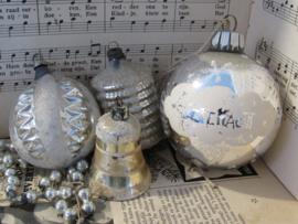 Set van 4 oude/sleetse kerstballen.  lampion/klokje etc.
