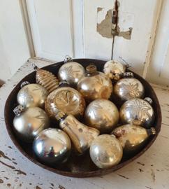 Oud roestig bakkersblik met 14 prachtige oude, sleetse kerstballen