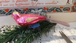Oude/antieke kerstbal: Vogeltje op clip. in Fuchsiaroze met roze/lila-achtige staart
