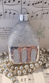 Oude kerstbal G.D.R.: Kerkje met zilverglitter