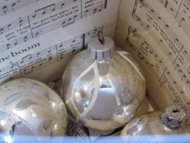Oude/antieke kerstbal. Warm zilver/wit/glitter