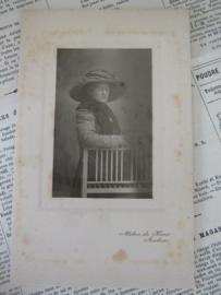 Met grote hoed en bril. . Ca. 1900. Atelier de Haas, Arnhem