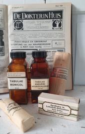 5- delige set oude/antieke Tabletpotten + diverse antieke verbandmiddelen