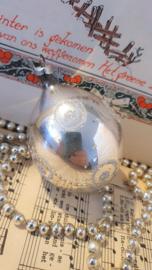 Oude kerstbal: met puntje en deco zilverglitter. GDR