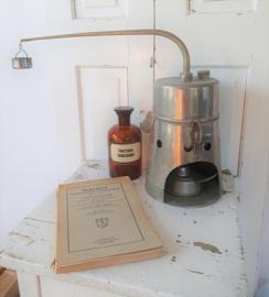 Oud/antiek Farmaceutisch Destilleerapparaat  in vertind patina. Met spiritusbrander