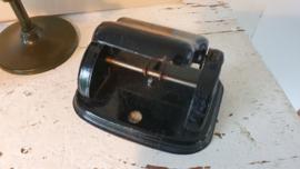 Oude stempelmolen, stempel,  oud flesje Klutman stempelinkt & oude perferator
