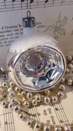 Oude kerstbal: Deukbal met besneeuwde 'hoedjes'.onder en boven.  Besuikerd