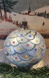 XL GROTE antieke kerstbal. Bijzonder decor in bleekblauw. omvang ca. 30 cm.
