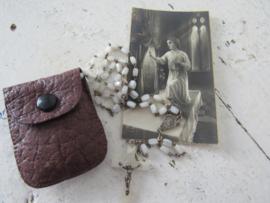 Oud rozenkransje in wit met leren etuitje en oud bidprentje