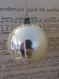 Oude/antieke kerstbal:  Groot met matzilver/wit deco
