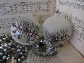 Oude/antieke kerstballen : set van 2 met sneeuwlandschap Czechoslovakia