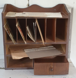 Oud houten postbakje met laatje. + oude postzegels en documenten