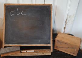 Oud Schoolbord, tafelmodel. Met bordwisser & LINTEL kistje schoolbordkrijt