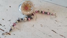 Antiek kralenkettinkje van glas. Zilver/roze. ca. 19 cm.