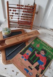 Prachtige set oude schoolspullen: lei, griffeldoos, telraam, sponsblikje etc.